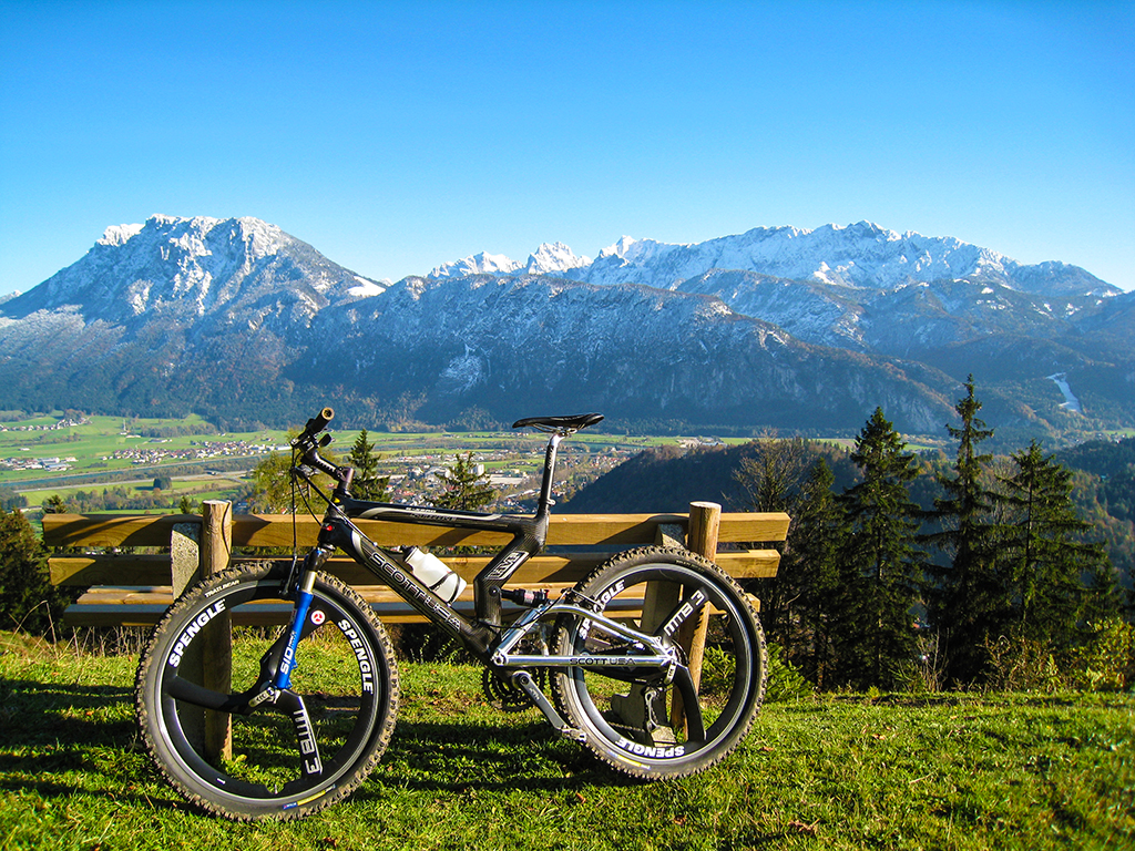 Moutainbike am Berg mit Blick auf Kiefersfelden in Oberbayern und das Kaisergebirge im HIntergrund