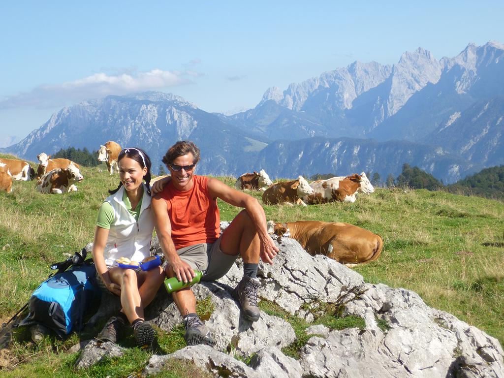 Paar beim gemeinsamen Wandern geführte Touren in Kiefersfelden und Oberaudorf