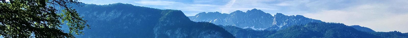 Gebirgskette des Kaisergeirges vom bayrischen Inntal aus gesehen