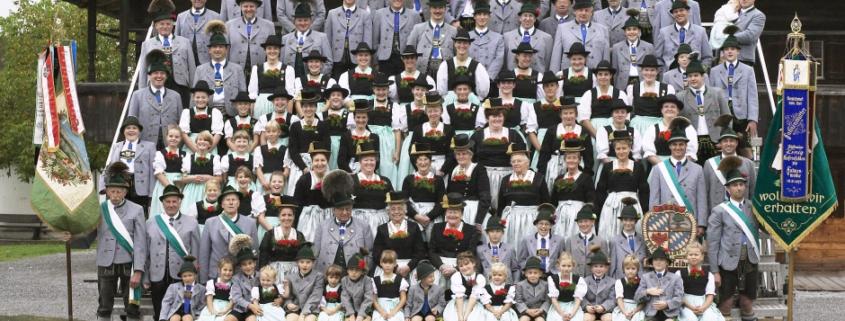 Aufstellung Vereinsmitglieder in Tracht mit Vereinsfahnen und Vereinstaferl