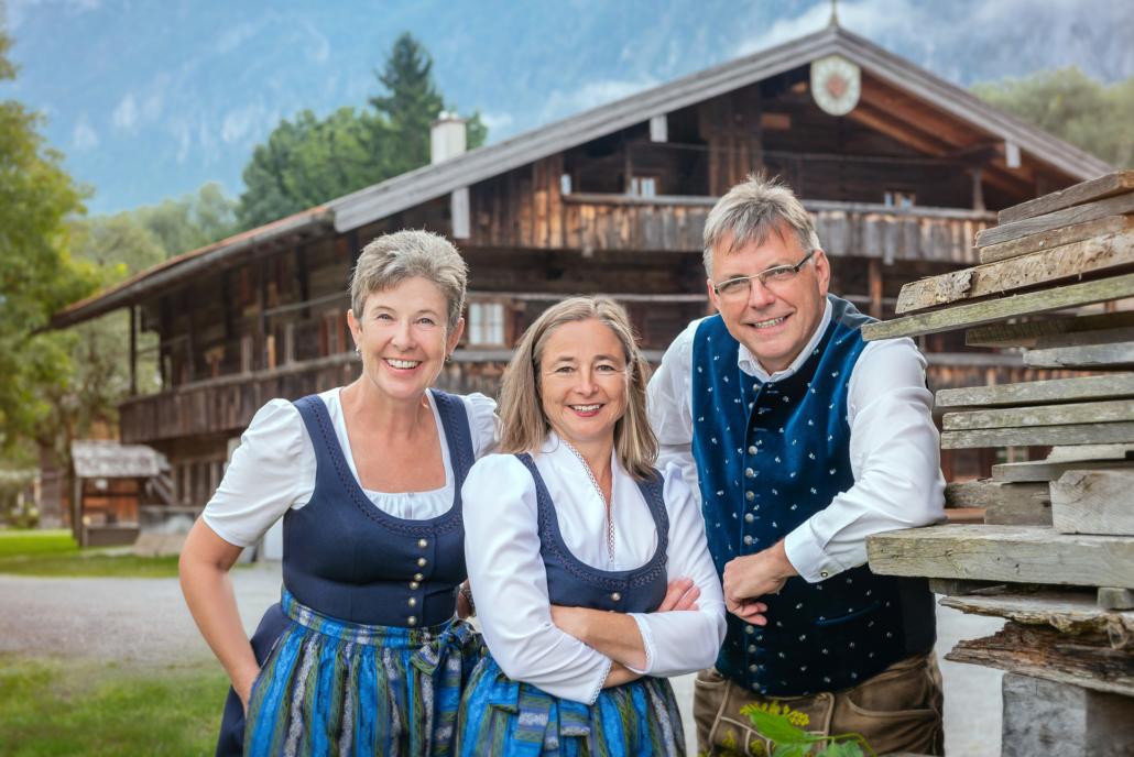 Mitarbeiter der Tourist-Info Kiefersfelden vor Blaahaus