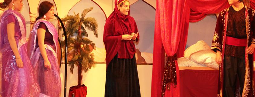 Vier jugendliche Schauspieler der Kieferer Wichtl Kiefersfelden auf der Bühne
