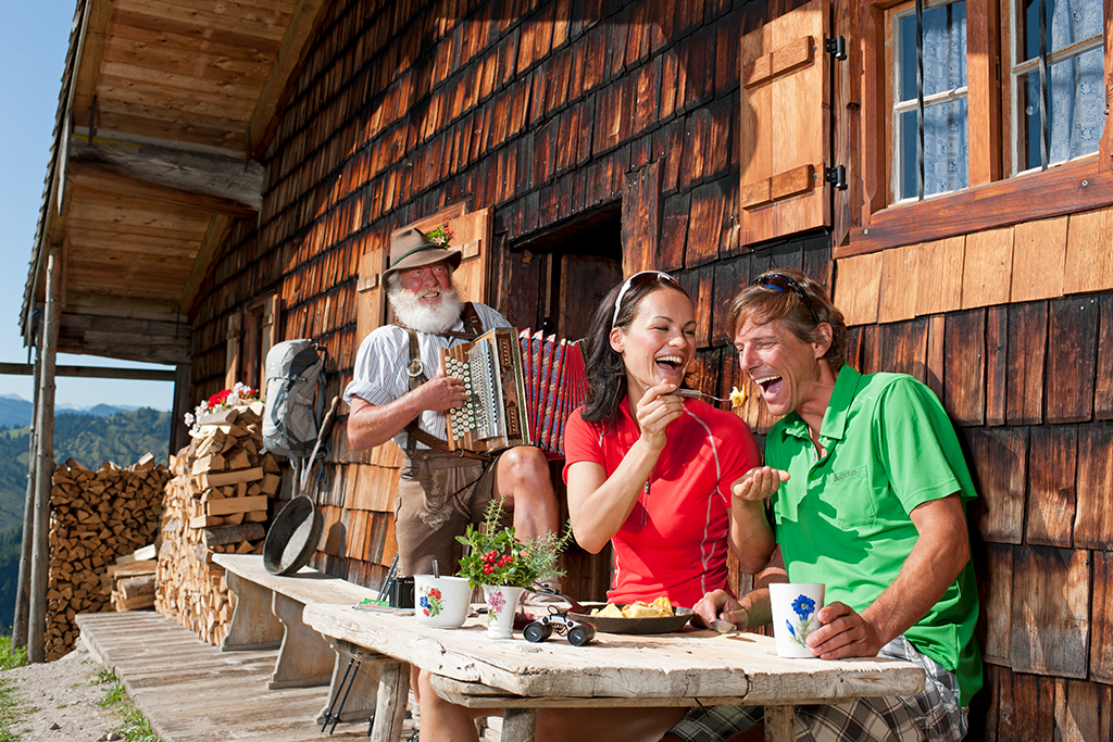 Paar vor Berghütte in Oberbayern