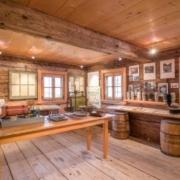 Museumsraum mit Werkzeugen und historischen Aufnahmen zur Zementherstellung in Kiefersfelden