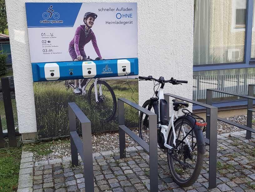 e-bike wird an der 3fach-Ladestation in Kiefersfelden aufgeladen
