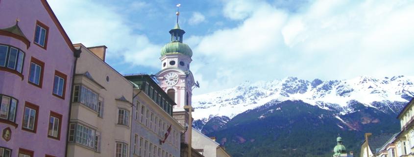 Innenstadt von Innsbruck vor Tiroler Alpen