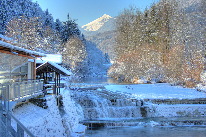 Gebirgsbach in Schneelandschaft in Kieferfelden, Bayern