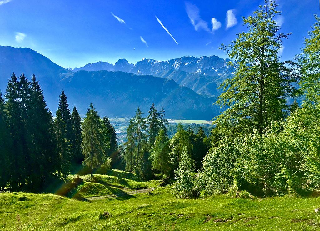 Blick von Alm im Sommer auf Kiefersfelden und das Kaisergebirge im Hintergrund
