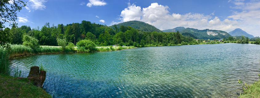 Natursee mit Bergblick