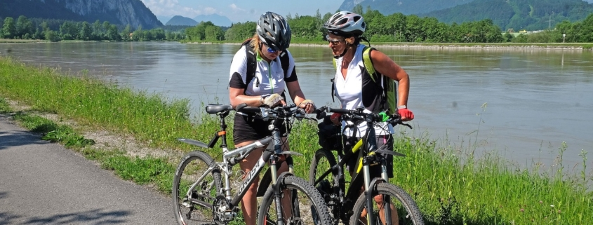 Mountainbiker auf Radtour am Inndamm bei Kiefersfelden
