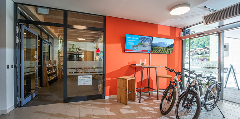 Barrierefreies Büro der Tourist-Info mit Prospekte, Wanderkarten, Leihfahrrädern
