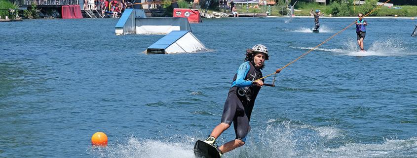 Wasserskifahrer an der Liftanlage am Hödenauer See